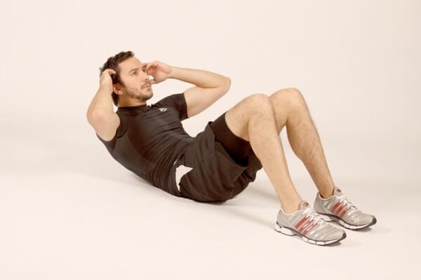 Homem fazendo exercícios abdomiais