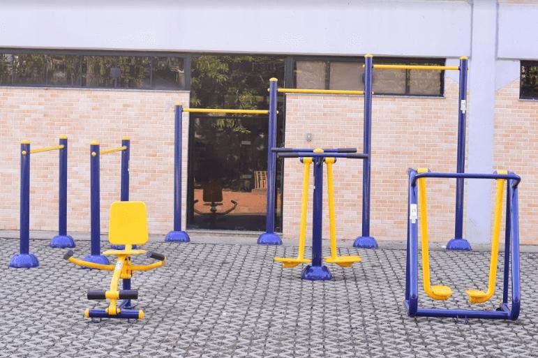 área de lazer com equipamentos de academia ao ar livre