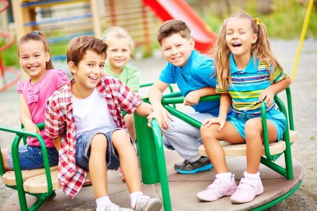 crianças brincando em parque infantil
