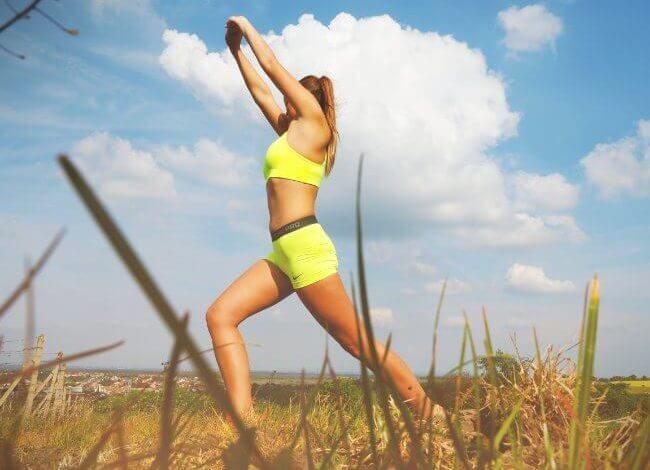 Mulher se alongando ao ar livre
