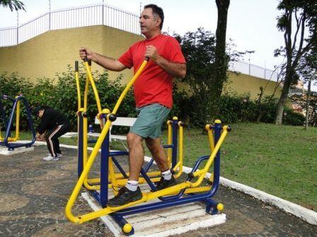homem usando aparelho de academia ao ar livre