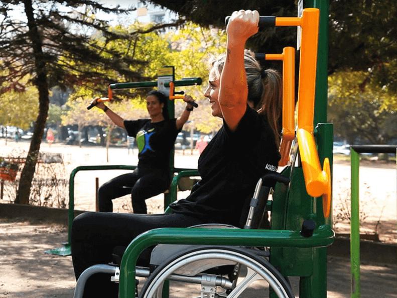 deficiente física fazendo exercícios em academia inclusiva