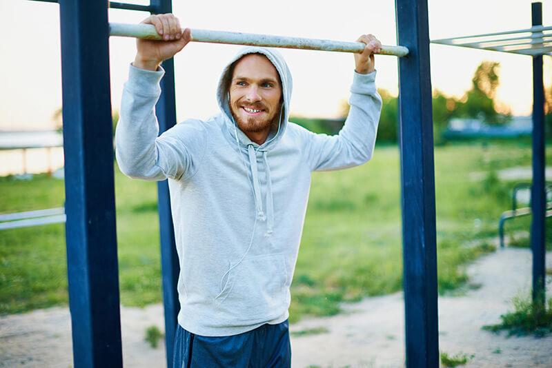 Veja os melhores exercícios de agachamento para se fazer numa academia ao ar livre 5