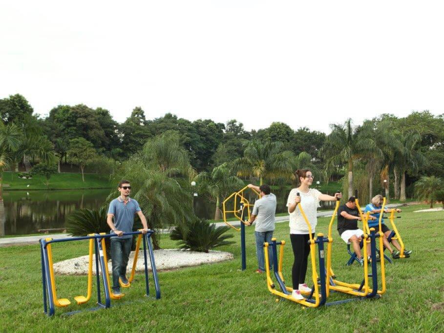 Equipamentos de academia ao ar livre em uso