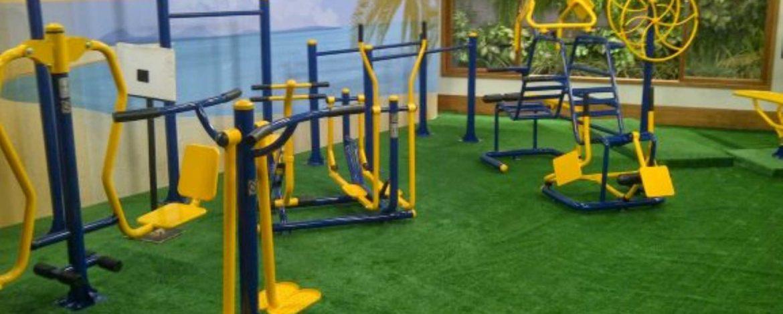 tipos de equipamentos em uma academia ao ar livre